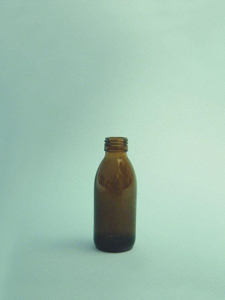 Medicijnflesje van bruin suikerglas. 100 ml. 11,5 cm x ø 4,5cm.