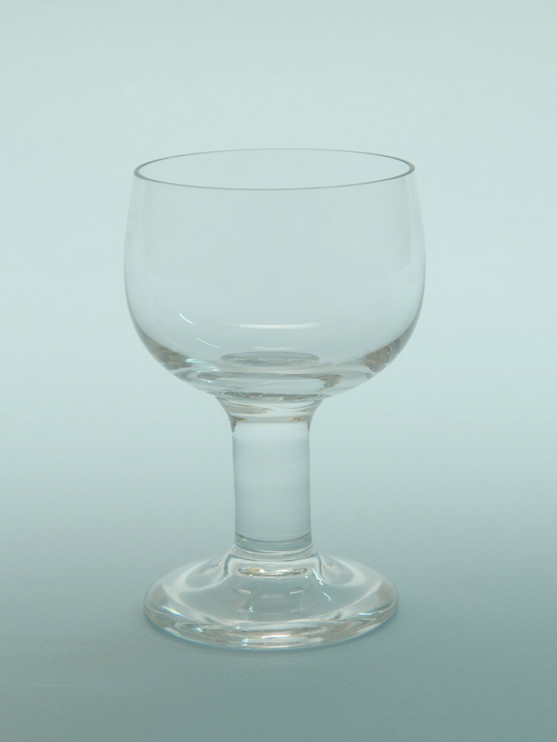 Sugar glass breakaway wine glass, short stem. Size: 12 x 8 Cm.