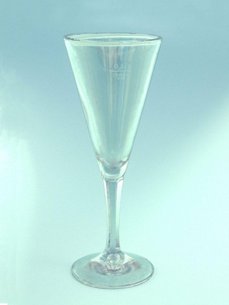 Sektglas gemaakt van suikerglas. Lange steel-conisch, HxB.19,5 x 7,5 cm.