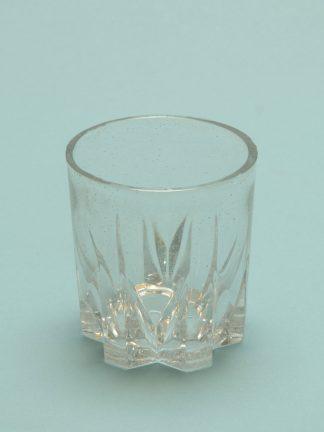 Veiligheisglas op je filmset! Whiskyglas met sterbodem. Afmeting: 9 x 8,3 cm.