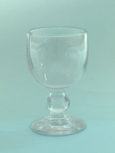 For your TV or clip shoot sugar glass. Wine glass short stem, H * W 13.5 x 8.2 cm.