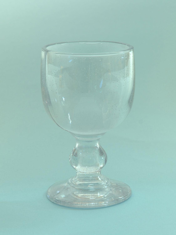Voor je tv of clipshoot suikerglas. Wijnglas korte steel, H*B 13,5 x 8,2 cm.