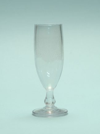 Champagne glass made of sugar glass with the dimensions: 16.2 x 5 cm.