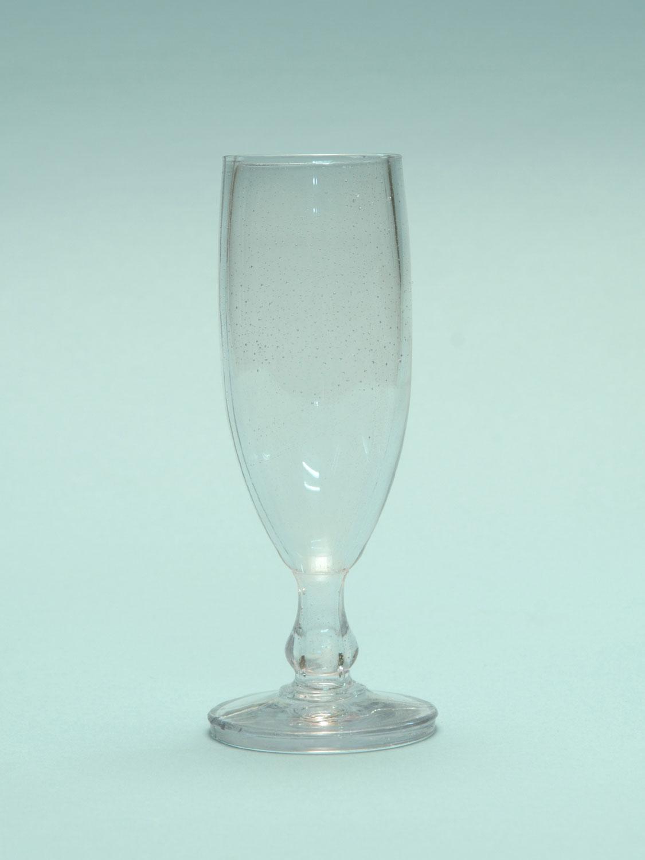 Champagneglas van suikerglas met de afmetingen: 16,2 x 5 cm.