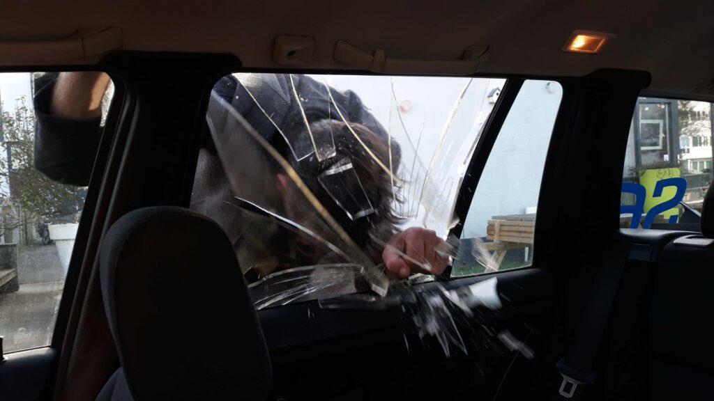 Hoofd door auto-ruit van Suikerglas
