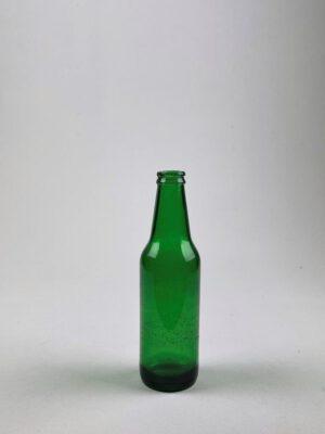 Groene heineken kopie als breakaway van suikerglas voor Film en video.